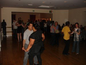 Les gets the whole room dancing Bachata